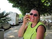 Lekker verkoelend biertje op terras in Basel