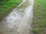 Modderig fietspad onderweg door de vele regen