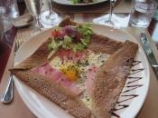 Crêpe eten tijdens de regenpauze in Montsoreau